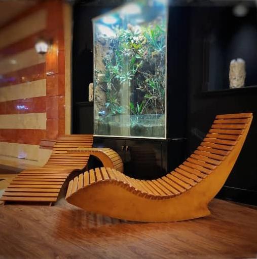 صندلی چوبی کنار استخر
